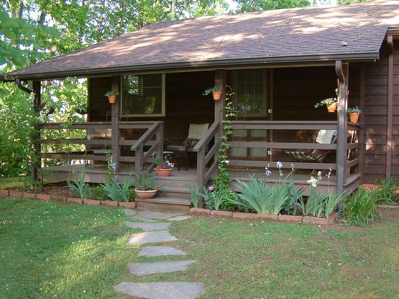 Private Entrance, Top O' The Knob Chalet Suite, Romantic Getaway, Deck with View, holiday rental in Asheville