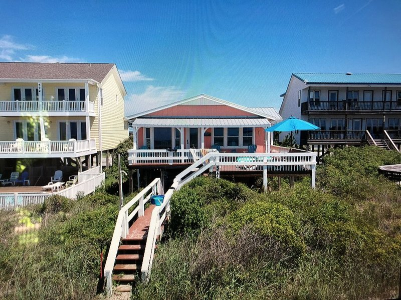 Gorgeous Renovated Beach Cottage Right On The Ocean! Sleeps 6, alquiler de vacaciones en Holden Beach