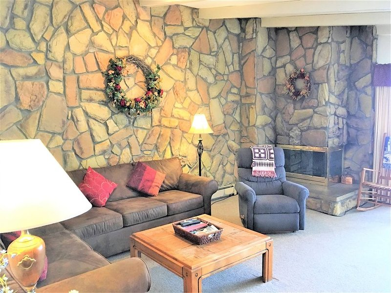 3rd floor Mountain & Lake Views, Clubhouse with heated pool and 2 hot tubs. Near, vacation rental in Dillon