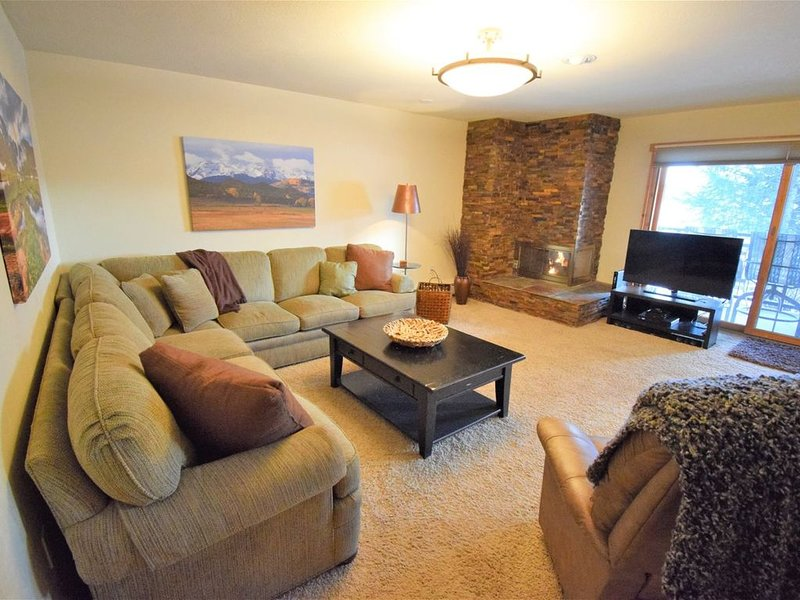 Mountain Chic decor with gas fireplace, patio with view. Clubhouse w/ Pool & Hot, holiday rental in Dillon