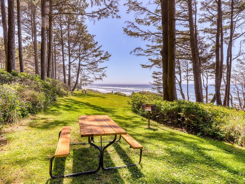 Elegant oceanfront apartment with kitchenette - great romantic getaway!, location de vacances à Yachats