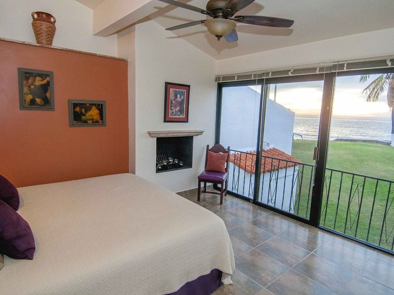 Luxury 4 bed/4 bath Beach Front Condo - New and Completely Remodeled, casa vacanza a San Carlos
