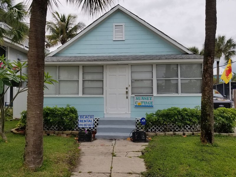 Family freindly adorable cottage steps to the beach, free trolly on island, holiday rental in Anna Maria