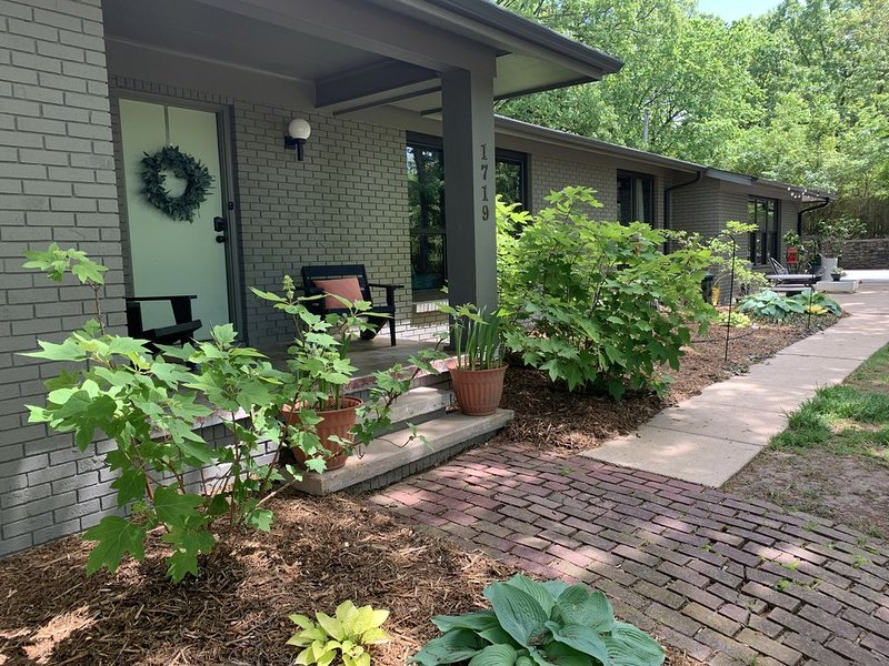 Mid-Century Modern Gathering Place - Indoor&Outdoor Delight 2 miles from U of A, vakantiewoning in Fayetteville