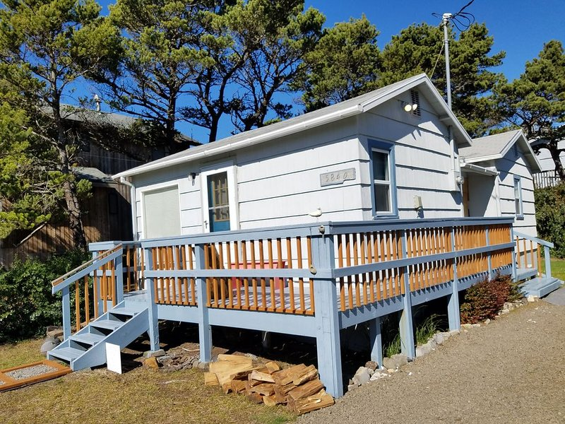 1 block to the beach: Newly Updated Cottage, vacation rental in Cloverdale