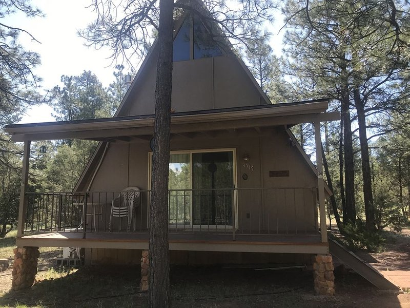 Cozy A Frame on 1 acre beautiful ponderosa and piñon pines, and junipers., holiday rental in Forest Lakes