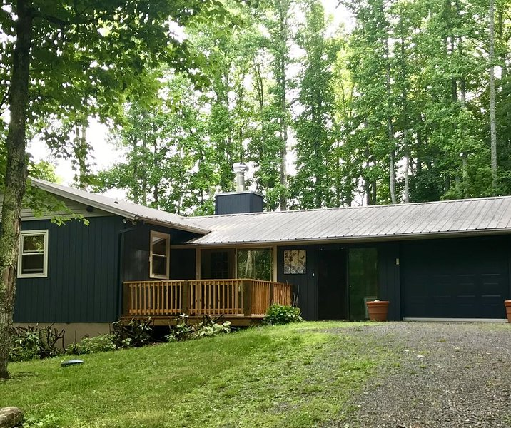 Cozy Mountain Cottage in Wolf Laurel Resort, holiday rental in Flag Pond