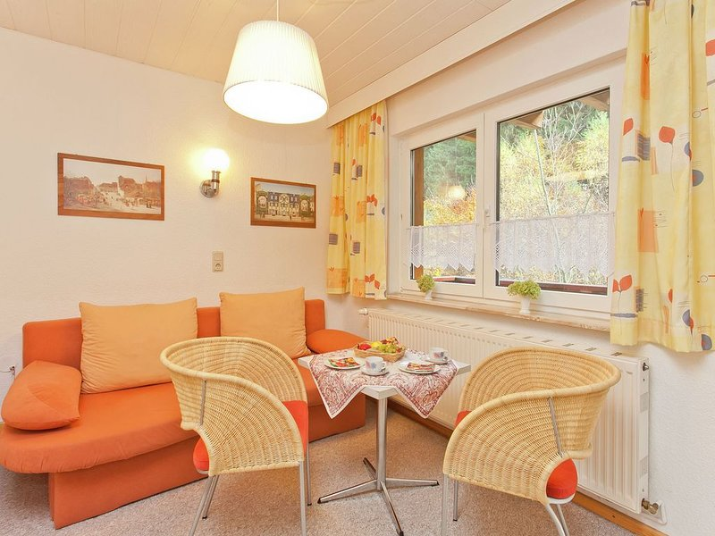 Holiday home in Thuringia with two living areas, a balcony and garden, location de vacances à Lauscha