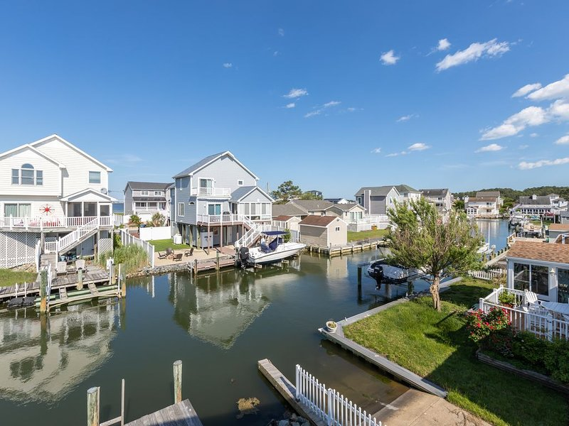 Waterfront getaway in a quiet neighborhood w/ free WiFi, dock, & furnished deck, holiday rental in Ocean Pines