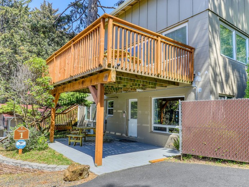 Cozy, oceanfront studio w/ a private deck - just minutes from the Cape!, location de vacances à Yachats