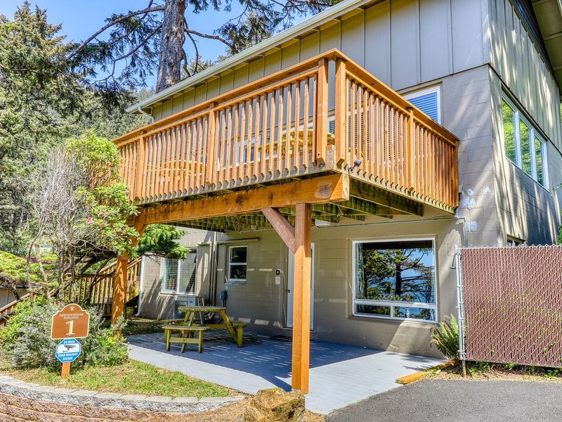Remodeled waterfront duplex w/ a deck, ocean views, and easy access to town!, location de vacances à Yachats