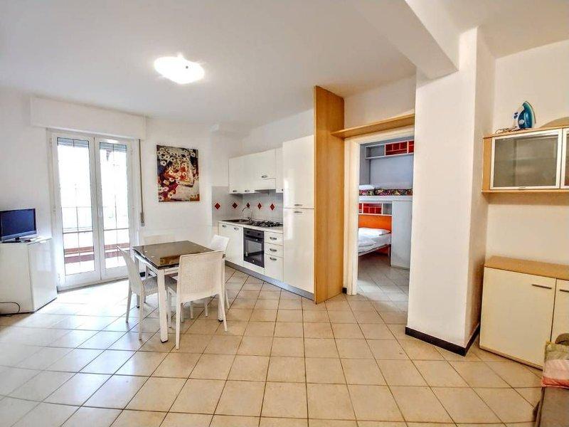 Spazioso e confortevole con grande terrazzo a pochi passi dal centro e spiaggia, holiday rental in Laigueglia