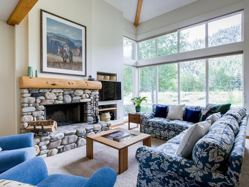 Views! Ideal location on bike path. Walk to mountain/town. Perfect for families., holiday rental in Ketchum