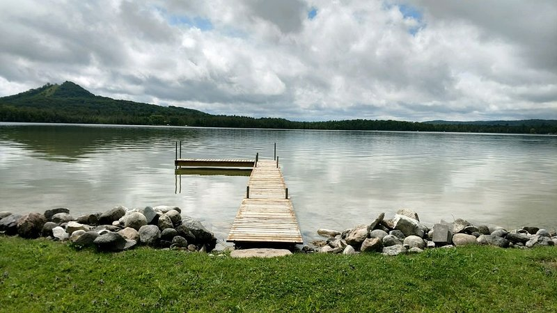 Recently updated lakefront cottage on the north shore of Little Traverse., vacation rental in Cedar