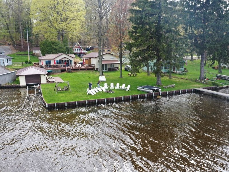 The Bunkalow: A Lakefront Compound with Lifts for your Speed Boat & Pontoon Boat, aluguéis de temporada em Ludington