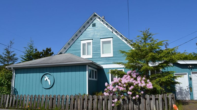 3Bed/2Bath 1 block to Beach/Prom, Jetted Tub, Gas Fireplace, Homey, vacation rental in Seaside
