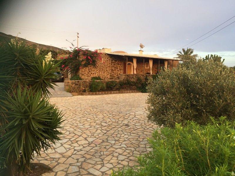 Dammuso Elisa vista mare con piscina - Tramonti sulla Tunisia, casa vacanza a Pantelleria