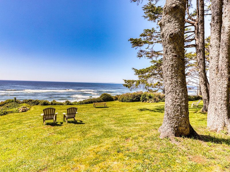 Charming oceanfront duplex with private deck and beautiful ocean views, location de vacances à Yachats