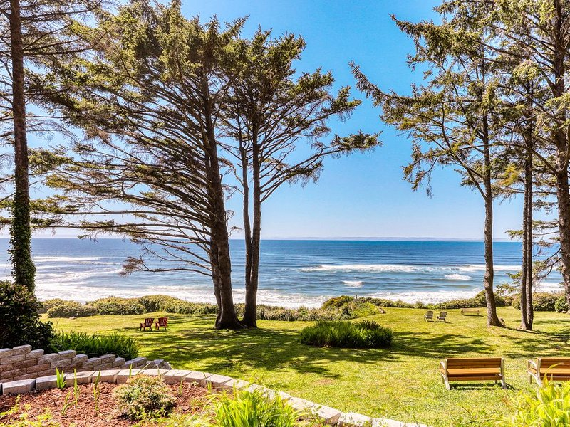 Secluded oceanfront duplex w/ private deck and sea views - recently remodeled!, location de vacances à Yachats