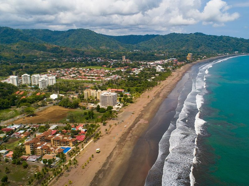 Oceanfront condo with beach & shared pool access, and amazing ocean views!, location de vacances à Jaco