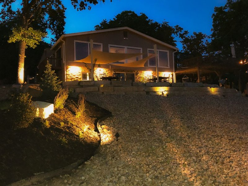Million Dollar Lakefront View - Mile Marker 41 - Sleeps 15!, casa vacanza a Sunrise Beach