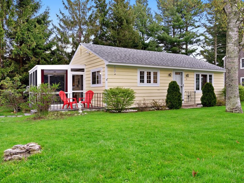 Family-friendly cottage w/screened-in porch & hammock-walk to beach, holiday rental in Ogunquit