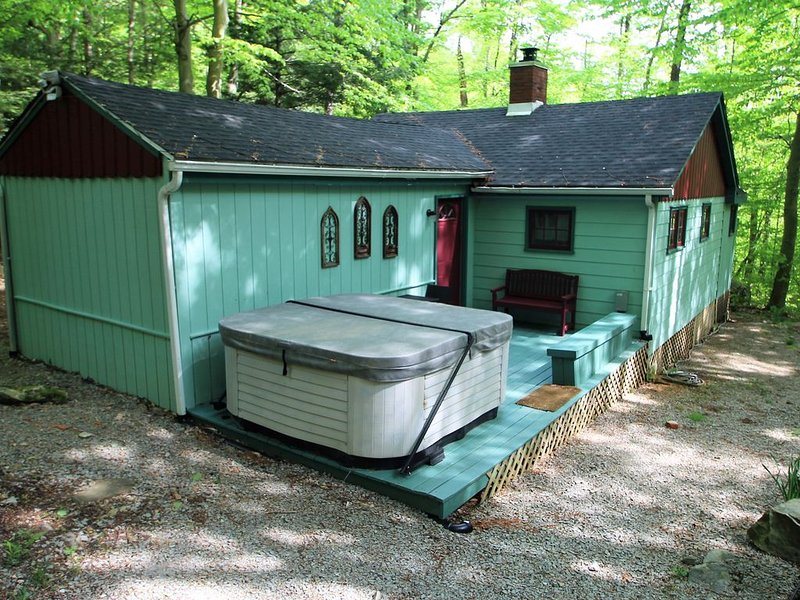 Private Year Round Getaway wit Hot Tub--Minutes from Ski Resorts, location de vacances à Laughlintown