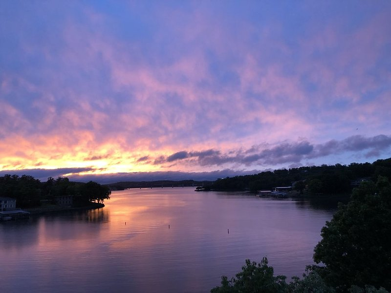 Breathtaking Sunsets at 17mm Lake of the Ozarks! Indian Pointe, Osage Beach, MO, alquiler de vacaciones en Tuscumbia