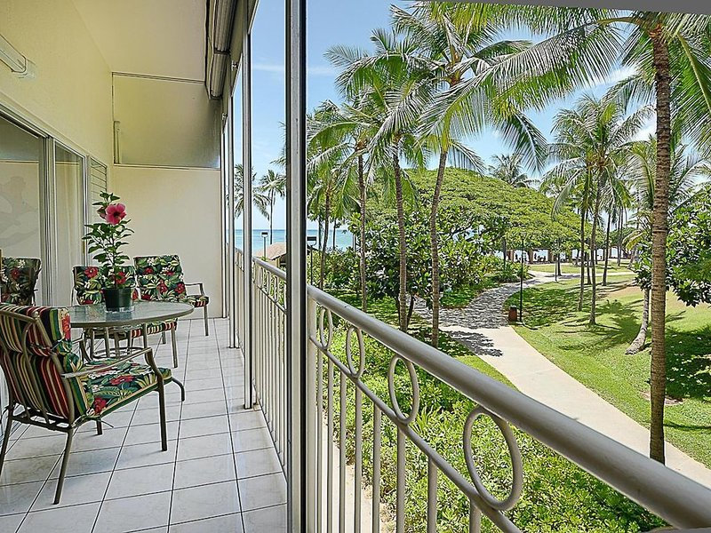 Waikiki Shore 1 bedroom with large lanai at Waikiki Beach with parking included, holiday rental in Honolulu