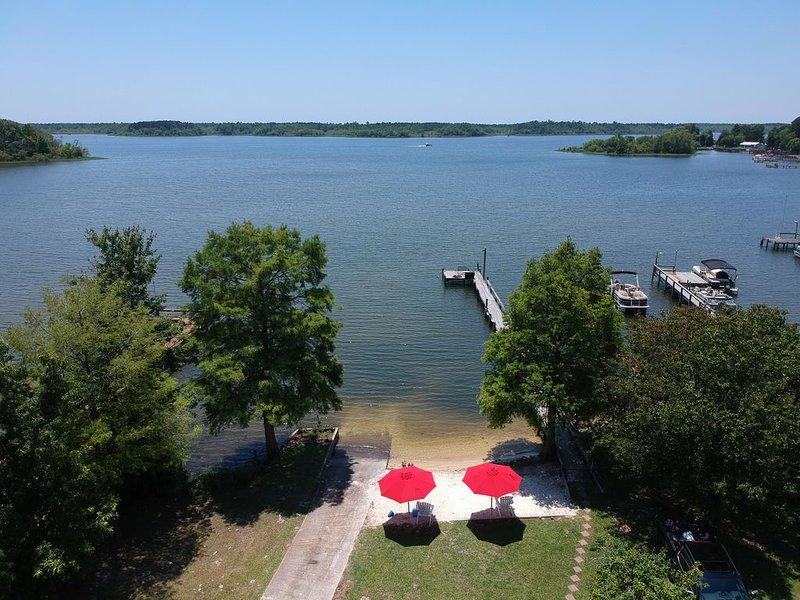 Santee Lake Marion Lakefront! Sandy Beach, Boat Ramp, Sleeps 19, Wi-Fi, Cable, holiday rental in Summerton