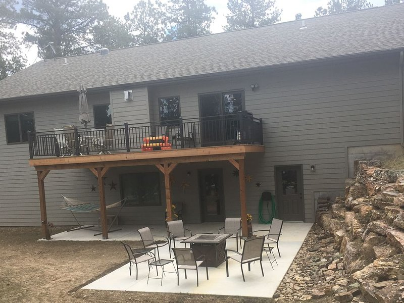Relax by the fire table in the back yard after a day of sight seeing., holiday rental in Custer