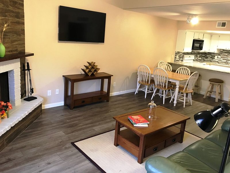 Fits 12: Townhome - Designed for LARGE or 2 FAMILIES + Kids, holiday rental in Tempe