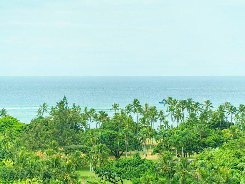 Large Roof Balcony (1,385 Sqft)!! Comfortable 2 Bedroom at Waikiki! (LW14), holiday rental in Honolulu