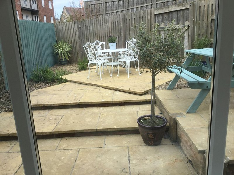 Garden patio with seating for 8: clothes dryer and parasol