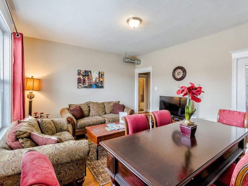 Classy 2Bed 1bath Condo by Forest Park, WashU & The Delmar Loop in St Louis!, holiday rental in Alton