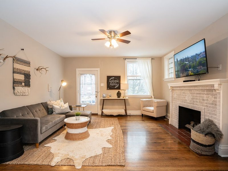 Luxurious Townhome Next to Botanical Gardens | JZ Vacation Rentals, holiday rental in Saint Louis