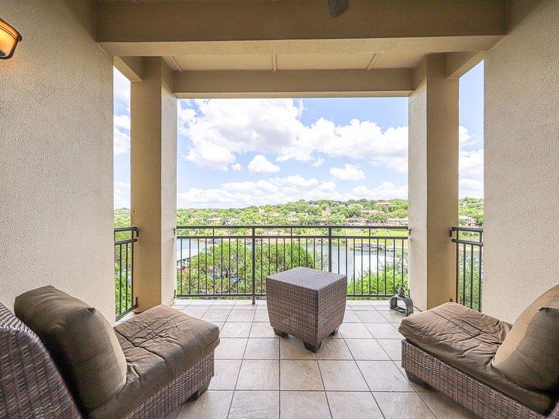 Luxury waterfront living w/ gorgeous view, balcony, & full kitchen, alquiler de vacaciones en Lakeway