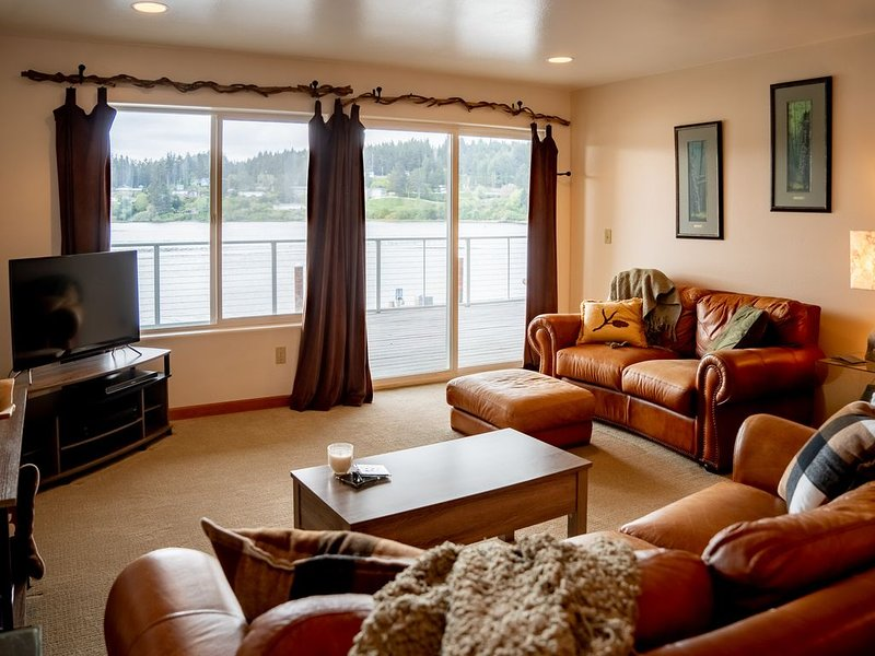 The Dunes: Centrally located near busy shops & restaurants River Front Deck WIFI, vacation rental in Reedsport