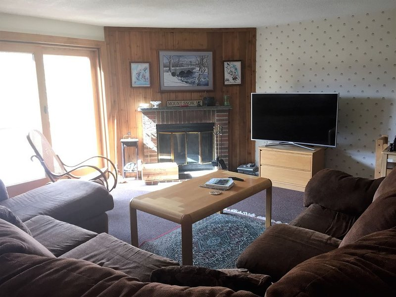 Roomy Townhouse at Mount Snow - Beautiful Views, Indoor Pool, & Shuttle Bus, alquiler de vacaciones en Dover