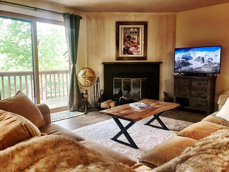 Roomy Townhome, Views of Mount Snow, Shuttle To Mountain, alquiler de vacaciones en Dover