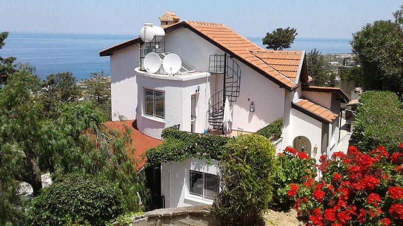 A stunning villa with private pool + 1000 sq miles of uninterrupted sea views., aluguéis de temporada em Distrito de Kyrenia