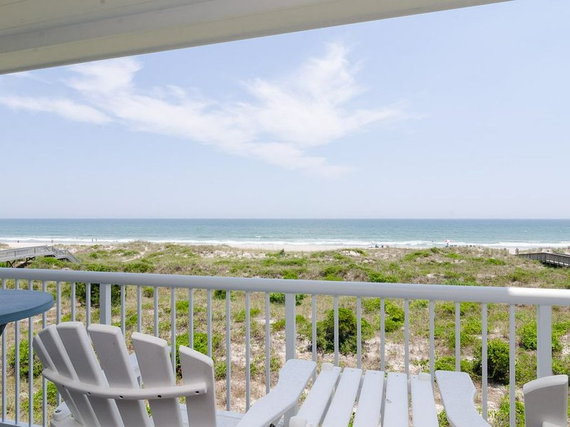 Wonderful ocean views and breezes await you at this oceanfront condo, holiday rental in Ogden