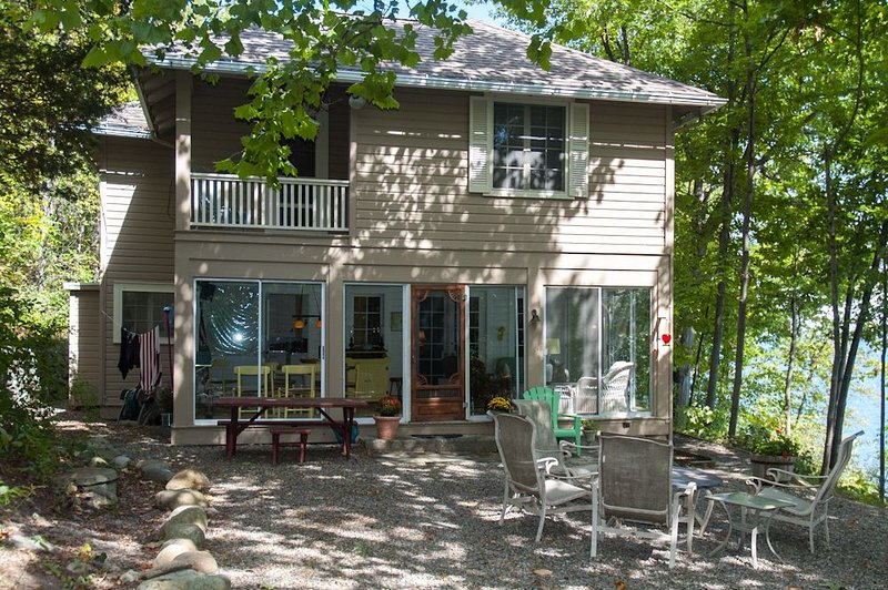 Strawberry Cottage - Enjoy Wooded Privacy on Canandaigua Lake!, location de vacances à Rushville