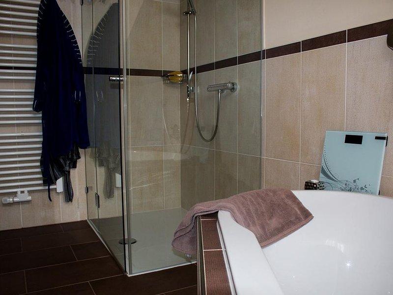 Große Ferienwohnung für 6 Personen in ruhiger Lage mit Balkon, vakantiewoning in Kvilda