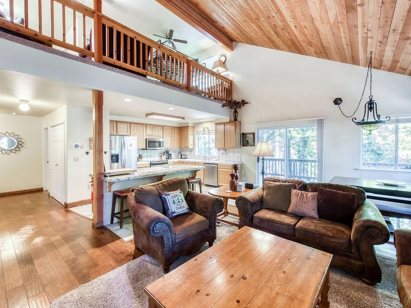 Tree-lined home w/ deck, patio & fireplaces - close to the lake, hiking & skiing, casa vacanza a Shaver Lake