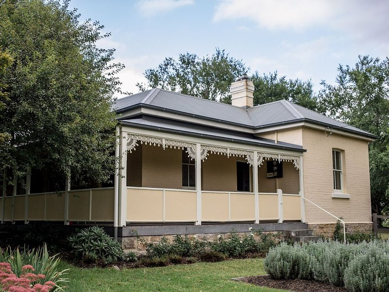 Auntie Eileen's Cottage -A gentle farm experience just a stroll from the village, vacation rental in Kangaroo Valley