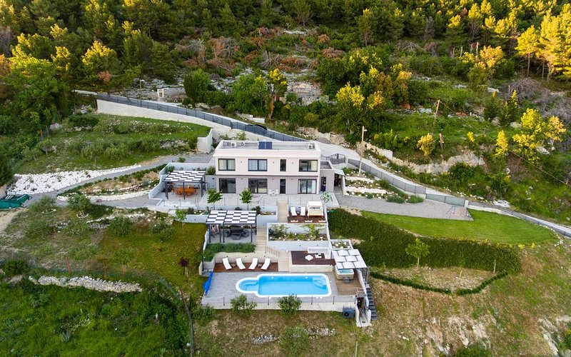 Luxury spacious private villa on Kozjak hill overlooking dalmatian archipelago, holiday rental in Kastela