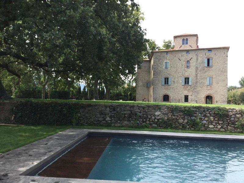 Château XIIe rénové, luxe, charme, confort, piscine, 15 mn mer, 25 couchages, location de vacances à Saint Genis des Fontaines