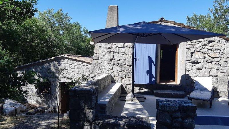 Maison en pierre de caractère, parc naturel de Chauzon, surplombant l'Ardèche, location de vacances à Chauzon