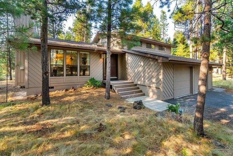 Family-Friendly Home! 10 SHARC Passes, A/C, Hot Tub, Game Room! 2 Parkland Lane, holiday rental in Sunriver